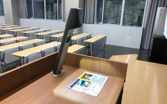 Tokyo Keizai University, Japan: VZ-3neo installed without working plate, directly onto a classroom lectern.